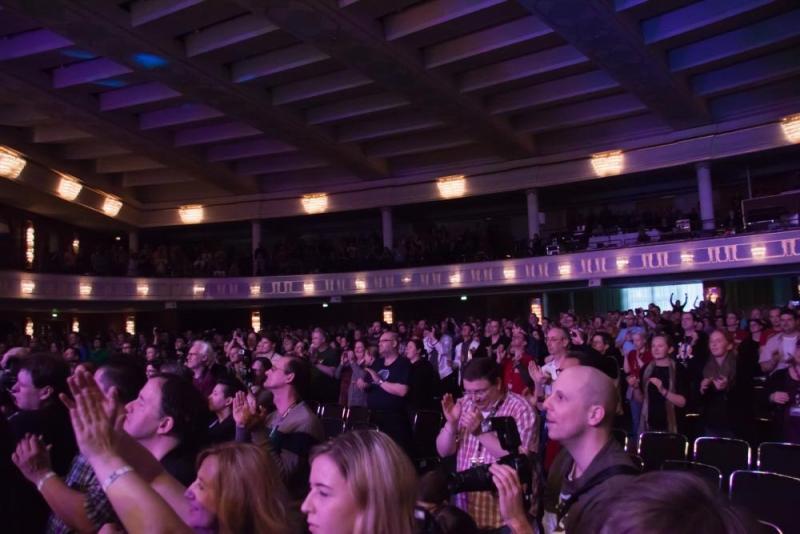 Das Publikum will noch nicht gehen (Foto: Stephan Willmanns)
