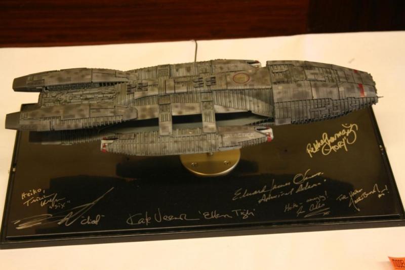 Ein tolles Modell der Galactica mit einer Sammlung Autogramme der Serienschauspieler.